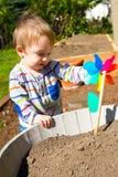 Ragazzo che gioca con il giocattolo del vento Immagini Stock
