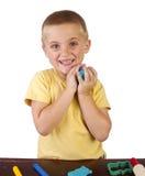 Ragazzo che gioca con il playdough Immagini Stock