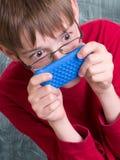 Ragazzo che gioca con il telefono Fotografie Stock