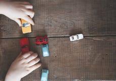 Ragazzo che gioca con le sue automobili Fotografie Stock Libere da Diritti