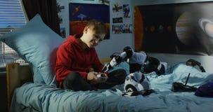 Ragazzo che gioca con un robot del giocattolo stock footage