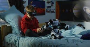 Ragazzo che gioca con un robot del giocattolo video d archivio
