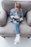 Ragazzo che gioca con una compressa Fotografie Stock