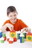 Ragazzo che gioca i blocchetti del giocattolo Fotografia Stock