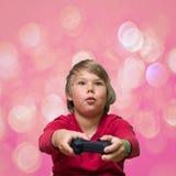 Ragazzo che gioca i giochi di computer Fotografia Stock