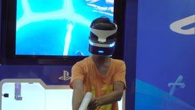 Ragazzo che gioca il gioco al raggiro comico, Bangkok, Tailandia della fucilazione di realtà virtuale - 21 aprile 2017 archivi video