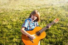 ragazzo che gioca la chitarra Immagine Stock
