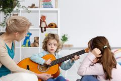 Ragazzo che gioca la chitarra fotografie stock libere da diritti
