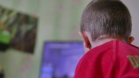 Ragazzo che gioca la console del tiratore del video gioco video d archivio