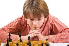 Ragazzo che gioca scacchi fotografie stock libere da diritti