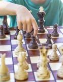 Ragazzo che gioca scacchi Immagini Stock
