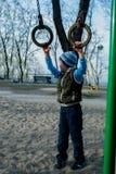 Ragazzo che gioca sul campo da giuoco Fotografia Stock Libera da Diritti