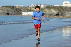 Ragazzo che gioca sulla serie della spiaggia Immagine Stock Libera da Diritti
