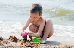 Ragazzo che gioca sulla spiaggia Fotografia Stock Libera da Diritti