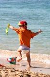Ragazzo che gioca sulla spiaggia fotografia stock
