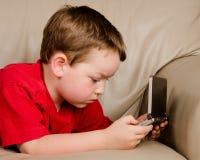 Ragazzo che gioca video gioco Fotografie Stock Libere da Diritti