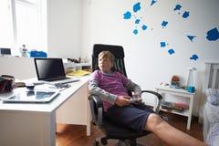 Ragazzo che gioca video gioco in camera da letto Fotografia Stock Libera da Diritti