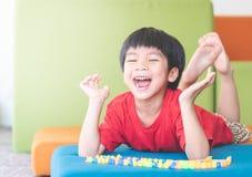 Ragazzo che grida fuori ONU soddisfatta del suo giocattolo fotografie stock