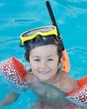 Ragazzo che impara nuotare immagini stock libere da diritti