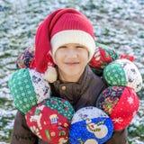 Ragazzo che indossa il cappuccio di Santa sul wreat capo e d'annata di Natale del tessuto Immagine Stock Libera da Diritti