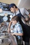 Ragazzo che lavora con il salone di gelato di At Counter In del cameriere Fotografia Stock