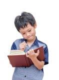 Ragazzo che legge un libro Fotografie Stock