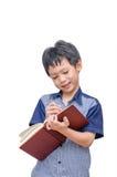 Ragazzo che legge un libro Immagine Stock
