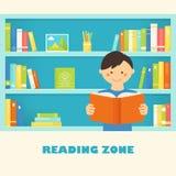 Ragazzo che legge un libro contro gli scaffali per libri delle biblioteche con il libro Immagine Stock