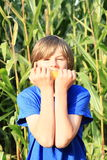 Ragazzo che mangia cereale Fotografie Stock