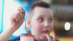Ragazzo che mangia dessert video d archivio