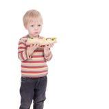Ragazzo che mangia grande panino su fondo bianco immagini stock libere da diritti