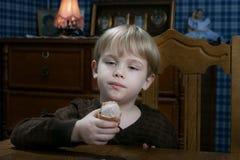 Ragazzo che mangia il gelato Immagine Stock