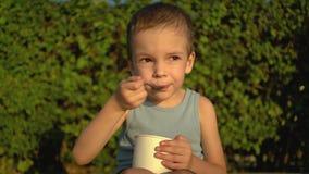 Ragazzo che mangia il gelato nel parco video d archivio