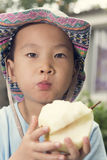 Ragazzo che mangia pera Fotografia Stock