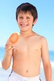Ragazzo che mangia un gelato fotografia stock