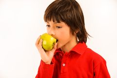 Ragazzo che mangia una mela verde Fotografia Stock