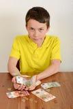 Ragazzo che mostra fiero i suoi soldi Immagini Stock Libere da Diritti