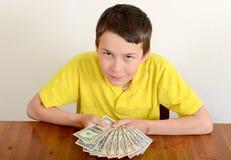 Ragazzo che mostra fiero i suoi soldi Fotografie Stock