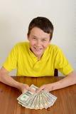 Ragazzo che mostra fiero i suoi soldi Immagini Stock