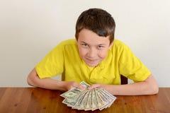 Ragazzo che mostra fiero i suoi soldi Immagine Stock Libera da Diritti