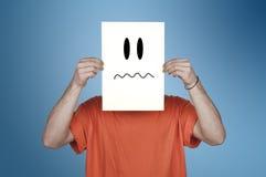 Ragazzo che mostra una carta in bianco con un emoticon disgustato Fotografia Stock Libera da Diritti