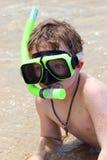 Ragazzo che naviga usando una presa d'aria nei Caraibi Fotografia Stock Libera da Diritti
