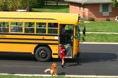 Ragazzo che ottiene fuori scuolabus Fotografia Stock
