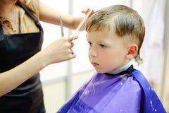 Ragazzo che ottiene taglio di capelli immagini stock
