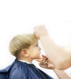 Ragazzo che ottiene taglio di capelli immagine stock