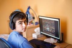 Ragazzo che per mezzo del computer a casa Fotografie Stock