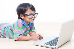 Ragazzo che per mezzo del computer portatile Immagini Stock