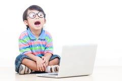 Ragazzo che per mezzo del computer portatile Immagine Stock