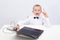 Ragazzo che per mezzo del suo computer portatile Fotografia Stock Libera da Diritti