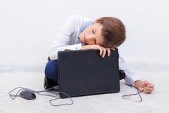 Ragazzo che per mezzo del suo computer portatile Immagini Stock Libere da Diritti